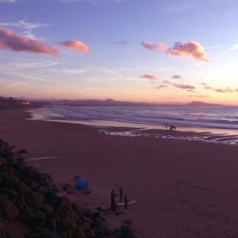 太陽が水平線に沈んで夜となるビアリッツのビーチタイム