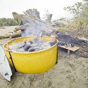 冬のサーファーとキャンパーの味方!折り畳み式アウトドア風呂