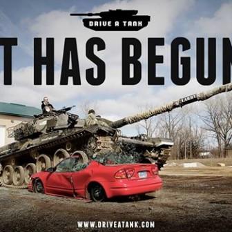 この体験ツアーがスゴイ!戦車に乗って車を潰し家をぶっ壊す!?