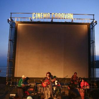 """年に一度だけ!とことん楽しんで""""海""""で映画を観る『逗子海岸映画祭』"""
