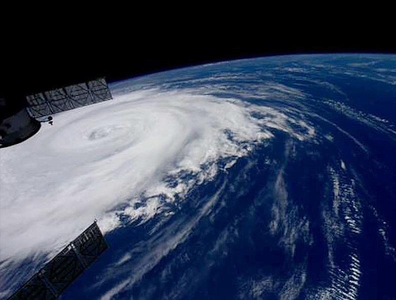 宇宙ステーションからの台風画像「どうか、皆様ご無事で」