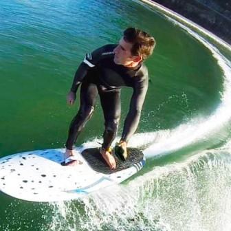波が無くても楽しめる電動サーフボード